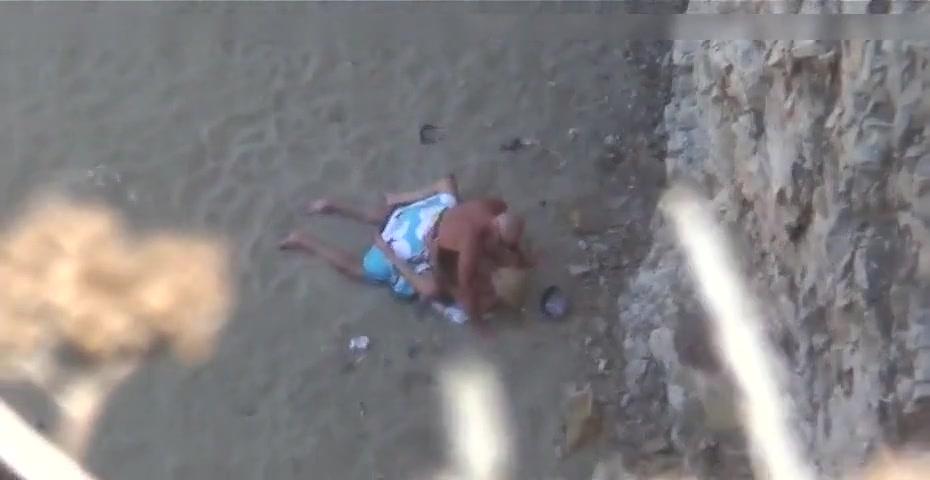 Amateur koppel betrapt terwijl ze neuken op het strand